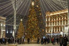 莫斯科,俄罗斯- 1月2 2019年 在卢比扬卡广场的美丽的云杉在到圣诞节的节日旅途期间 库存图片