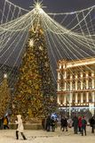 莫斯科,俄罗斯- 1月2 2019年 在卢比扬卡广场的美丽的云杉在到圣诞节的节日旅途期间 库存照片