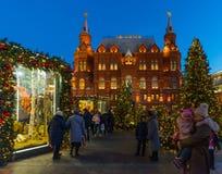 莫斯科,俄罗斯- 1月10 2018年 在历史博物馆背景的圣诞树Manezhnaya的摆正 库存图片