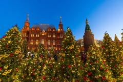 莫斯科,俄罗斯- 1月10 2018年 在历史博物馆背景的圣诞树Manezhnaya的摆正 免版税库存图片