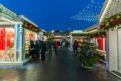 莫斯科,俄罗斯- 1月10 2018年 在圣诞节假日期间,贸易在节日购物 库存照片