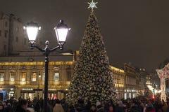 莫斯科,俄罗斯- 1月2 2019年 在圣诞节节日期间的圣诞树 街道库兹涅茨克桥梁 免版税图库摄影