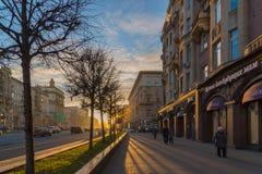 莫斯科,俄罗斯- 11月2 2017年 在库图佐夫大道的日落 库存照片