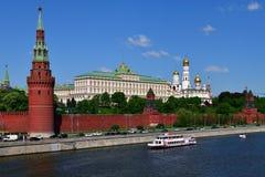 莫斯科,俄罗斯- 5月12 2018年 在河的小船在克里姆林宫附近 免版税库存图片