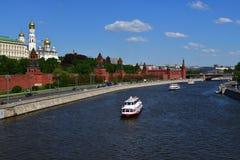 莫斯科,俄罗斯- 5月12 2018年 在河的小船在克里姆林宫附近 免版税图库摄影