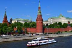 莫斯科,俄罗斯- 5月12 2018年 在河的游船在克里姆林宫附近 免版税库存照片