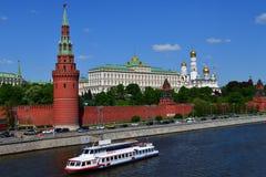 莫斯科,俄罗斯- 5月12 2018年 在河的游船在克里姆林宫附近 库存图片