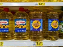 莫斯科,俄罗斯- 4月14 2018年 在5公升瓶的向日葵油在欧尚商店 免版税库存照片