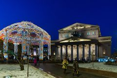 莫斯科,俄罗斯- 1月10 2018年 在Bolshoi剧院附近的圣诞灯树荫处 图库摄影