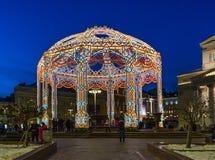 莫斯科,俄罗斯- 1月10 2018年 在Bolshoi剧院附近的圣诞灯树荫处 库存照片