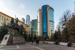 莫斯科,俄罗斯- 11月2 2017年 对俄国将军Bagration的纪念碑在商业中心塔2000前 免版税库存图片