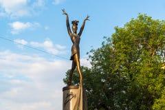 莫斯科,俄罗斯- 7月25 2017年 对芭蕾舞女演员玛雅人Plisetskaya的纪念碑在Bolshaya的Dmitrovka公园 免版税库存照片