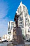 莫斯科,俄罗斯- 11月2 2017年 对M.罗蒙诺索夫,莫斯科国立大学主楼的纪念碑 卡拉什尼科夫, AK-47的设计师在Oryzheyny车道的 免版税图库摄影