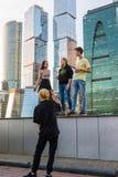 莫斯科,俄罗斯- 11月2 2017年 少年在莫斯科市摩天大楼背景中被拍摄  免版税库存图片