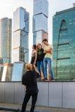 莫斯科,俄罗斯- 11月2 2017年 少年在莫斯科市摩天大楼背景中被拍摄  免版税图库摄影