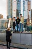 莫斯科,俄罗斯- 11月2 2017年 少年在莫斯科市摩天大楼背景中被拍摄  库存照片