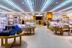莫斯科,俄罗斯- 9月15 2017年 扎拉购物中心的Zelenopark家商店内部  库存图片