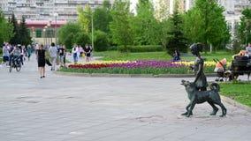 莫斯科,俄罗斯- 5月15 2018年 有狗的女孩是在大道的雕塑在Zelenograd 股票录像