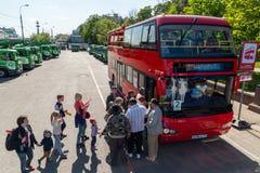 莫斯科,俄罗斯- 5月14 2016年 游人去在Bolotnaya广场的观光的公共汽车 库存照片