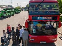 莫斯科,俄罗斯- 5月14 2016年 游人去在Bolotnaya广场的观光的公共汽车 库存图片