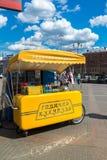 莫斯科,俄罗斯- 7月24 2017年 热的玉米销售的帐篷在列宁格勒驻地附近的 图库摄影