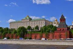 莫斯科,俄罗斯- 5月12 2018年 盛大克里姆林宫宫殿和Taynitskaya塔 库存照片