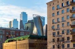 莫斯科,俄罗斯- 11月2 2017年 老房子和现代摩天大楼 免版税库存图片