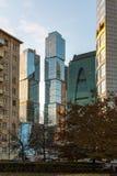 莫斯科,俄罗斯- 11月2 2017年 老房子和现代摩天大楼 库存照片