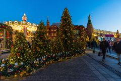 莫斯科,俄罗斯- 1月10 2018年 节日是旅行对在Manege广场的圣诞节 图库摄影