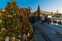 莫斯科,俄罗斯- 1月10 2018年 节日是旅行对在Manege广场的圣诞节 库存图片