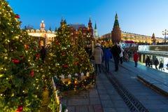 莫斯科,俄罗斯- 1月10 2018年 节日是旅行对在Manege广场的圣诞节 库存照片