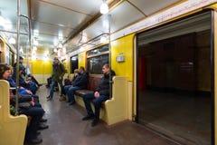 莫斯科,俄罗斯- 1月10 2018年 苏联的时期老火车的人们Okhotny Ryad地铁车站的 免版税库存图片