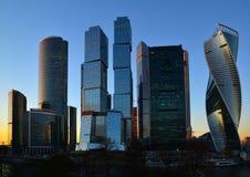 莫斯科,俄罗斯- 11月02 2017年 莫斯科市的国际商业中心塔日落的 免版税库存图片