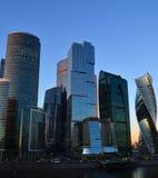 莫斯科,俄罗斯- 11月02 2017年 莫斯科市的国际商业中心塔日落的 免版税图库摄影