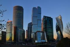 莫斯科,俄罗斯- 11月02 2017年 莫斯科市的国际商业中心摩天大楼日落的 图库摄影