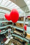 莫斯科,俄罗斯- 3月05 2017年 以心脏的形式气球在商业区Capitoliy 免版税库存照片