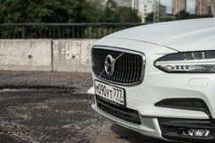 莫斯科,俄罗斯- 2017年5月3日富豪集团V90越野,前面侧视图 新的富豪集团V90越野测试  这辆汽车是AWD SUV wi 库存照片