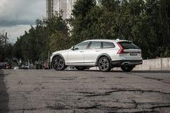 莫斯科,俄罗斯- 2017年5月3日富豪集团V90越野,前面侧视图 新的富豪集团V90越野测试  这辆汽车是AWD SUV wi 免版税库存图片
