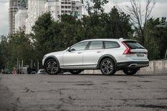 莫斯科,俄罗斯- 2017年5月3日富豪集团V90越野,前面侧视图 新的富豪集团V90越野测试  这辆汽车是AWD SUV wi 库存图片
