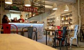 莫斯科,俄罗斯- 2017年1月30日:一个薄饼咖啡馆的内部在市中心 免版税库存照片