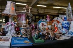 莫斯科,俄罗斯- 2017年3月19日:与葡萄酒瓷形象和盘的陈列室和陶瓷在跳蚤市场 图库摄影