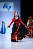 莫斯科,俄罗斯- 2016年10月19日:世界俄国秀丽狭小通道的式样步行跑道春天夏天2017年莫斯科时尚星期 库存图片
