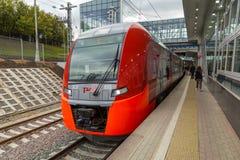 莫斯科,俄罗斯- 2016年9月13日:中央圈子线在驻地Krimskaya的MCC Lastochka火车 库存照片