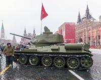 莫斯科,俄罗斯- 2016年11月7日:军车和战士 库存图片