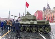 莫斯科,俄罗斯- 2016年11月7日:军车和战士 免版税图库摄影