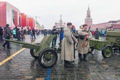莫斯科,俄罗斯- 2016年11月7日:军车和战士 库存照片