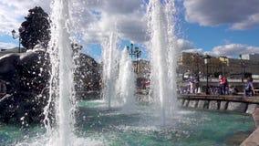 莫斯科,俄罗斯- 2017年6月28日:喷泉小瀑布,莫斯科亚历山大公园 股票录像