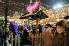 莫斯科,俄罗斯- 2017年1月03日:在圣诞节市场上的人们在红场 库存照片