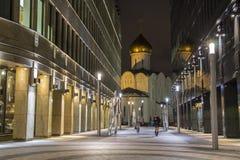 莫斯科,俄罗斯- 2014年12月14日:在地铁地铁站Belorusskaya附近的街道在晚上在俄罗斯,莫斯科商业中心 免版税图库摄影