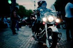 莫斯科,俄罗斯- 2013年10月6日:在白色自行车的一对夫妇有一盏被点燃的前灯的 免版税库存照片
